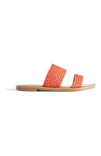 Orangefarbene Pantoletten in Flechtoptik