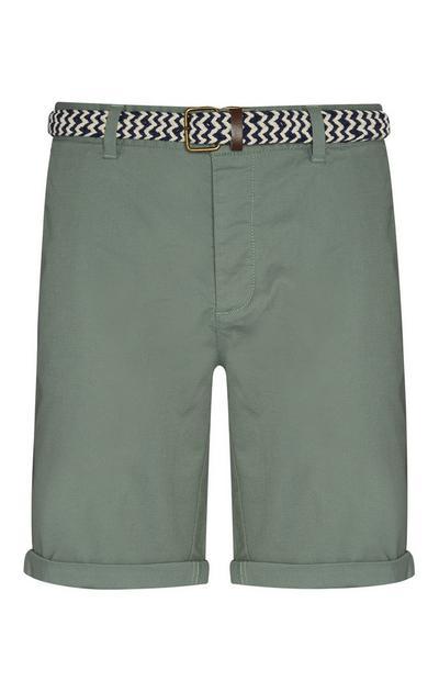 Grüne Shorts mit Gürtel
