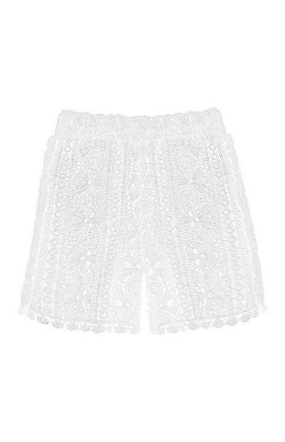 Weiße Shorts mit Spitze