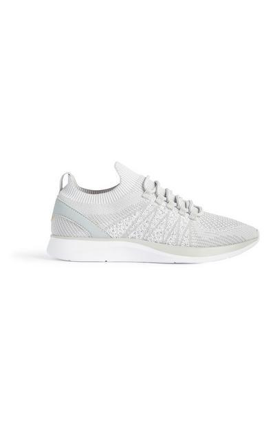 Graue Sneaker aus Strickgewebe