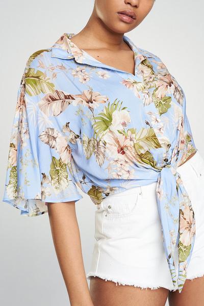 Hemd mit Blumenmuster und Knoten vorn