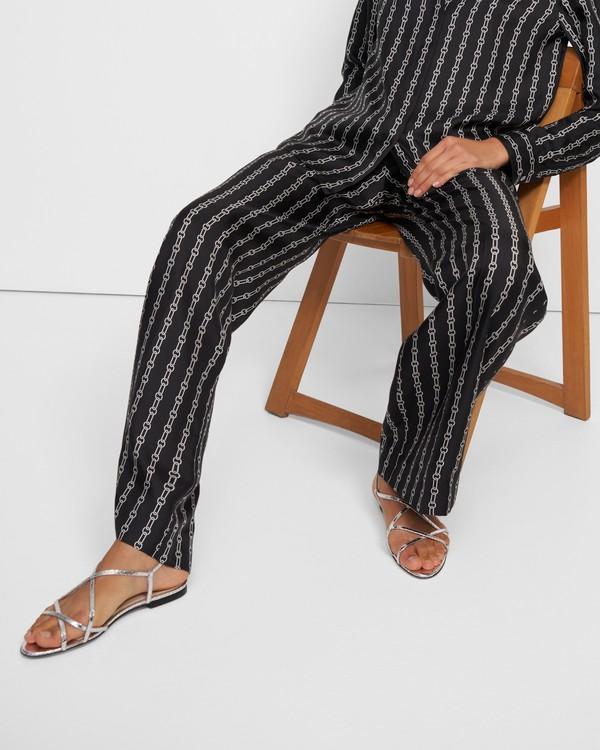 띠어리 스트래피 플랫 샌들, 파이톤 텍스처 - 실버 (가죽) Theory Strappy Flat Sandal in Python Print Leather