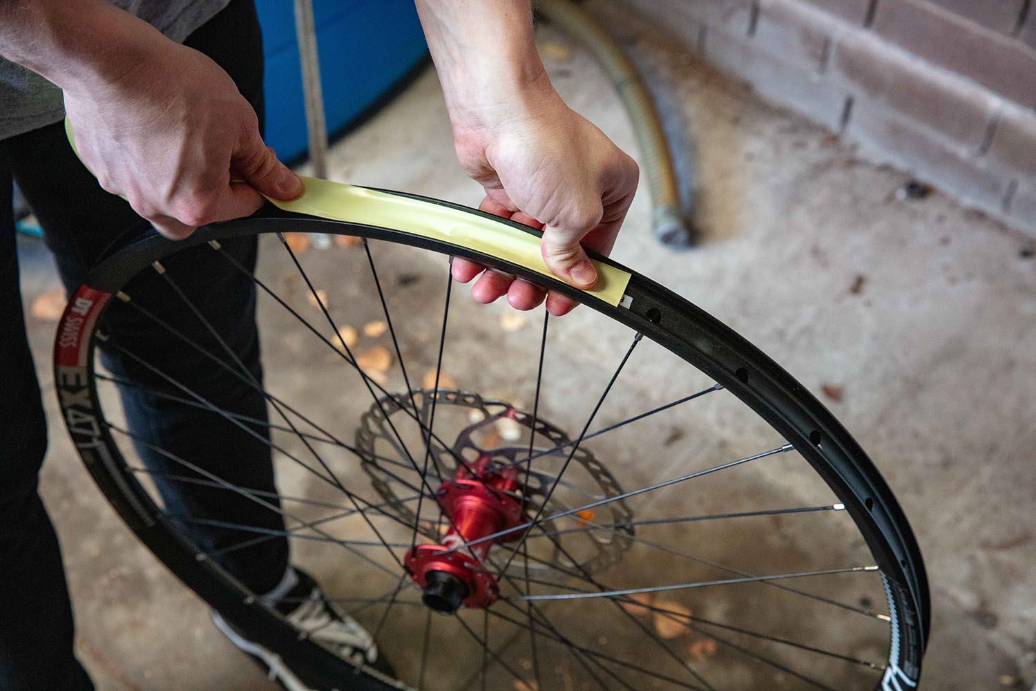 Taping a wheel rim with tubeless tape