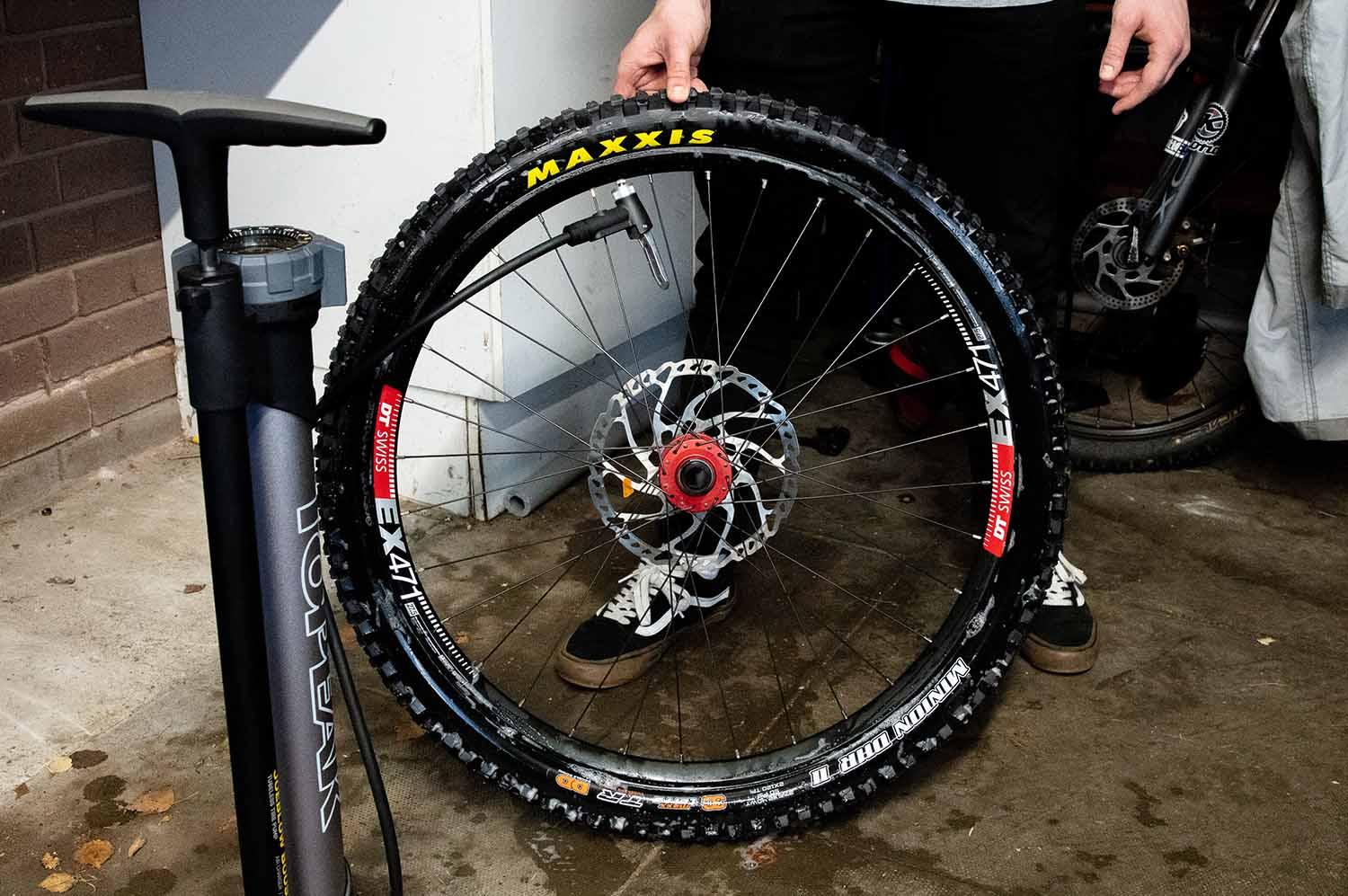 Inflating a tubeless tyre