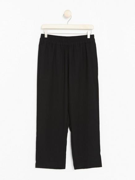 BELLA avslappet, svart bukse med avkortede ben Svart