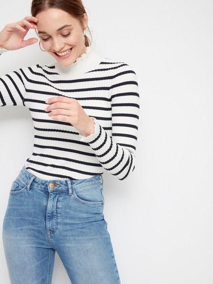 Žebrovaný svetr srolákem Bílá