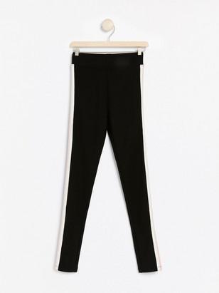 Svarta leggings med revär Svart