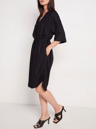 Šaty skrátkým rukávem apáskem Černá