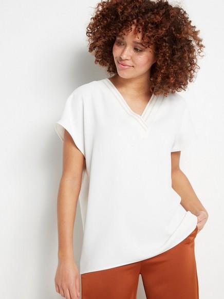 Bluse med ribbestrikket V-hals Hvit