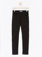 Slim Jeans, joissa yksityiskohtia polvissa Musta