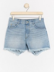 Ljusblå jeansshorts med fransad kant  Blå