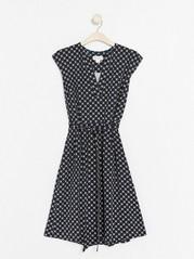 V-ringad klänning med knytskärp  Blå