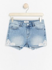 Narrow denim shorts with lace Blue