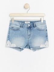 Narrow jeansshorts med spets Blå