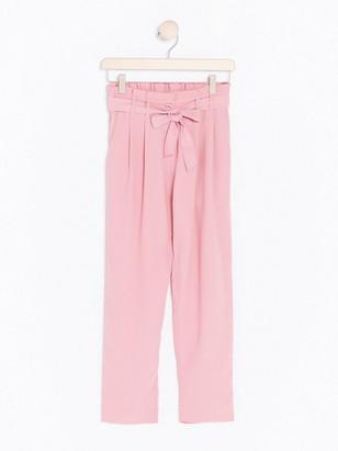 Väljät housut, joissa sidottava nauha Vaaleanpunainen