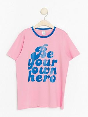 T-paita, jossa tekstipainatus Vaaleanpunainen