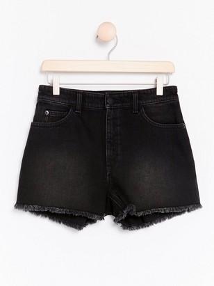 Svarta jeansshorts med fransad kant  Svart