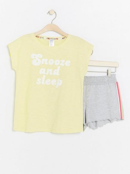 Pyjama, jossa shortsit ja paita Keltainen