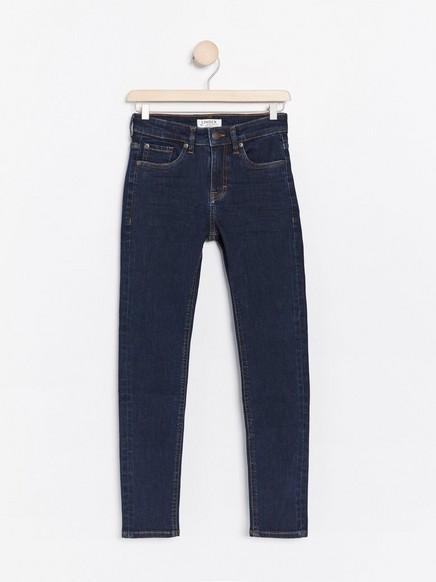 Mørkeblå jeans i smal passform Blå