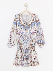 Kjole med strandskjelltrykk fra Lindex x By Malina Hvit