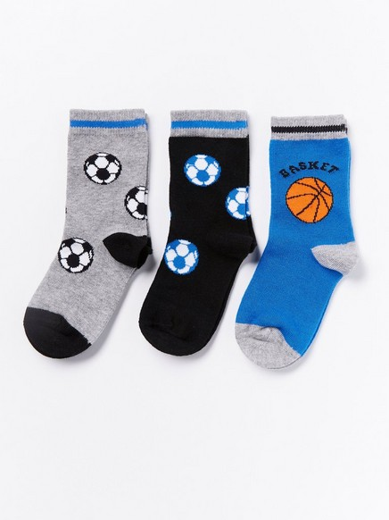 3 paria sukkia, joissa jalkapalloja ja koripalloja Sininen