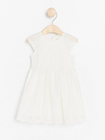 Hvit kjole med hullmønstrede detaljer Hvit