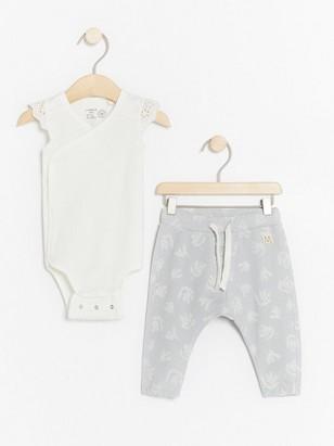 Sett med omslagsbody og mønstrede bukser Hvit