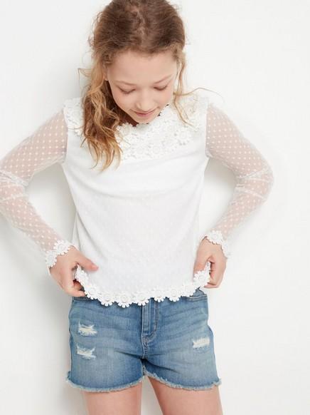 Valkoinen pusero, jossa kukkia Valkoinen