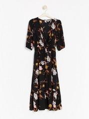 Musta kukkakuvioitu mekko Musta