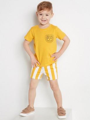 Setti, jossa t-paita ja raidalliset shortsit Keltainen