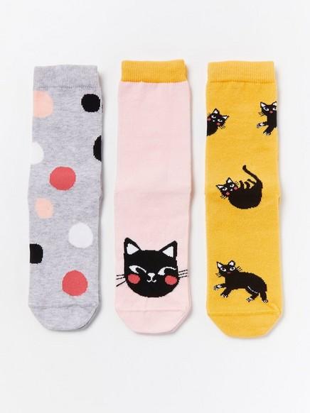3 paria sukkia, joissa kissoja ja palloja Harmaa