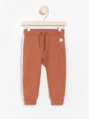 Sweatpants with white side stripes Red
