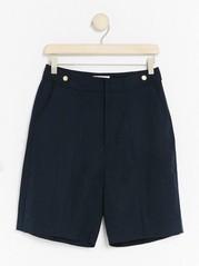 Marinblå shorts i lyocellblandning  Blå