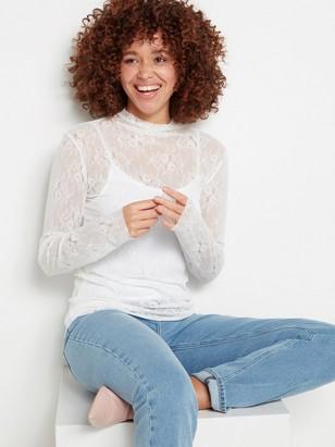 Valkoinen pusero, jossa käännetty poolokaulus ja pitsiä Valkoinen