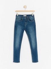Jeans i svært elastisk materiale med vanlig passform Blå