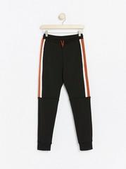 Svart WCT-joggebukse med striper i sidene Svart
