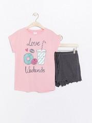 Pyjamas med rosa T-skjorte og grå shorts Rosa