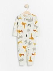 Valkoinen pyjama, jossa eläinkuviointi Valkoinen