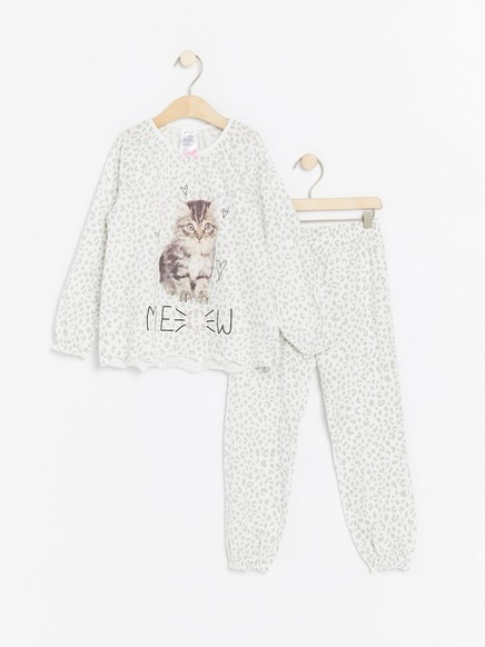 Kuvioitu pyjama, jossa kissapainatus Valkoinen
