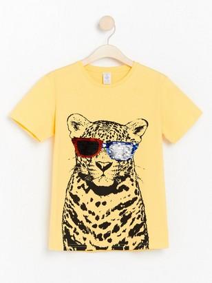 Keltainen t-paita, jossa käännettävät paljetit Keltainen