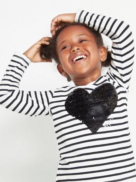 Pitkähihainen raidallinen pusero, jossa sydän käännettävistä paljeteista Musta