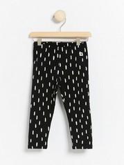 Kuvioidut mustat legginsit, joissa harjattu sisäpuoli Musta