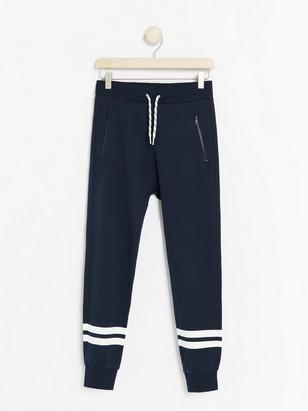 Marinblå sweatpants med ränder Blå