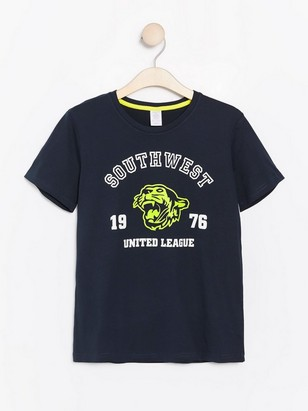 Tummansininen t-paita, jossa neontiikeri ja tekstipainatus Sininen