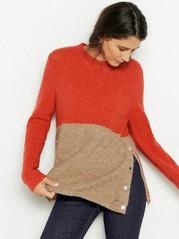 Tvåfärgad stickad tröja med guldfärgade knappar i sidan Röd