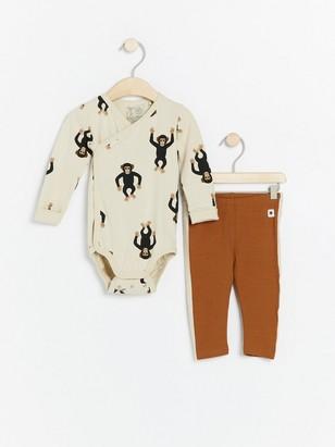 Setti, jossa apinoilla kuvioitu kietaisubody ja ruskeat leggingsit Beige