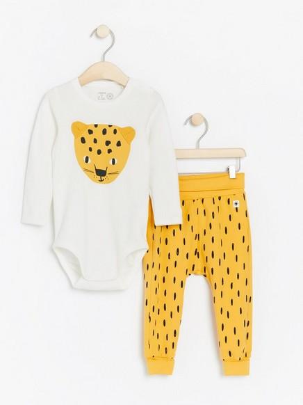 Setti, jossa on body leopardipainatuksella ja kuvioidut housut Keltainen