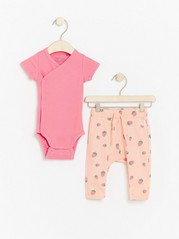 Set with wrap bodysuit and trousers with strawberries Pink