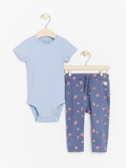 Sett med ribbestrikket body og bukse med jordbær Blå