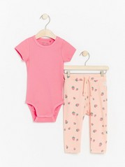 Set with ribbed bodysuit and trousers with strawberries Pink